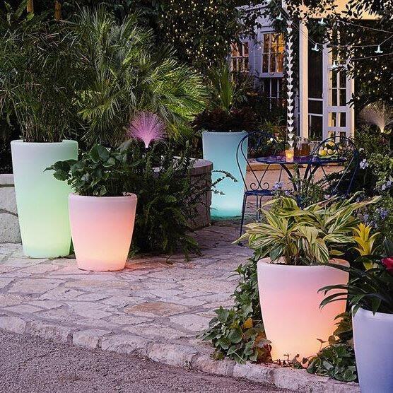 Bahçe Dekorasyonu İçin Solar Saksı - Photo by Wicker Paradise
